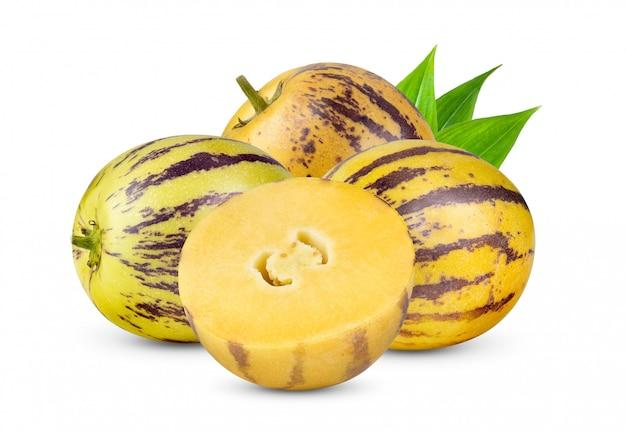 Melons pepino avec feuille sur fond blanc
