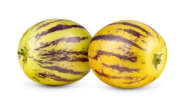 Melons pepino isolés sur fond blanc