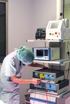 Un membre d'une équipe médicale préparant des instruments pour une intervention chirurgicale médecine générale