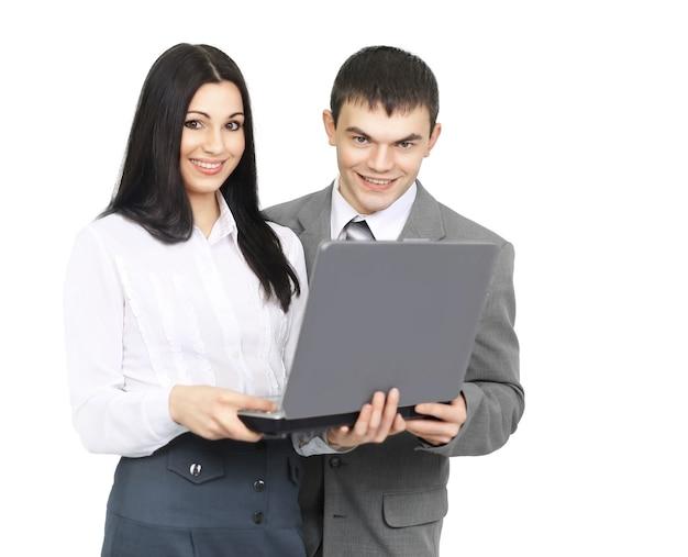 Membres de l'équipe commerciale avec un ordinateur portable ouvert sur fond blanc.