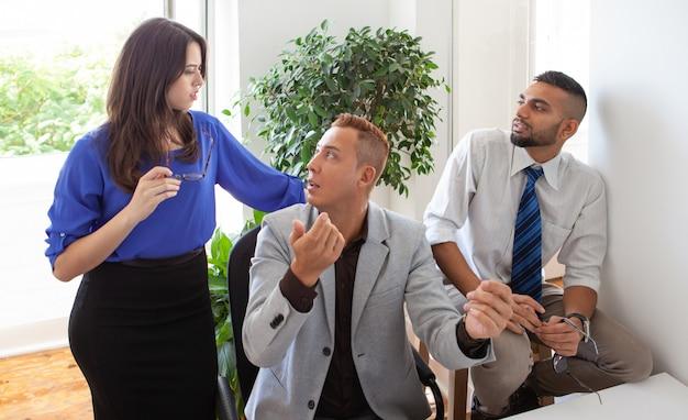 Membres de l'équipe se disputant à propos d'un projet