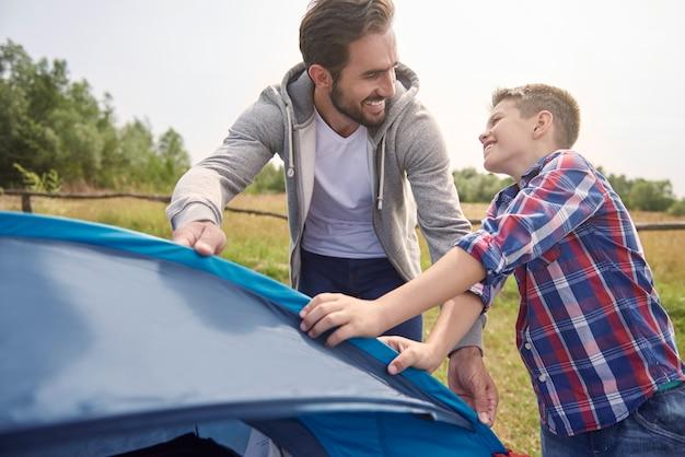 Même en montant une tente, nous nous amusons