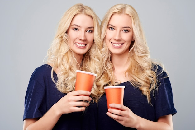 Les mêmes filles et les mêmes tasses