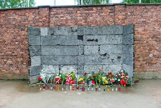 Mémorial au mur de la mort entre le bloc 10 et le bloc 11 à auschwitz, cracovie, pologne