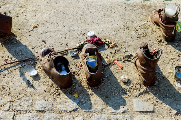 Mémorial juif les chaussures des hommes dans le danube, budapest, hongrie