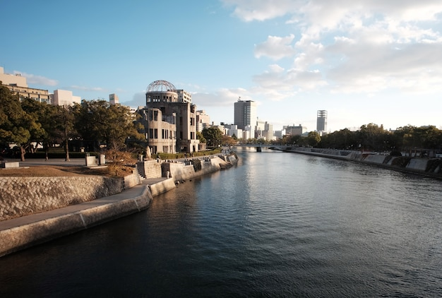 Mémorial de la paix également connu sous le nom de genbaku dome situé à hiroshima au japon