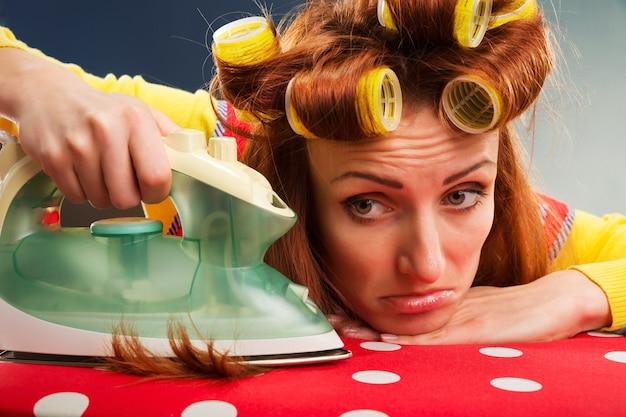 Ménagère fatiguée avec planche à repasser