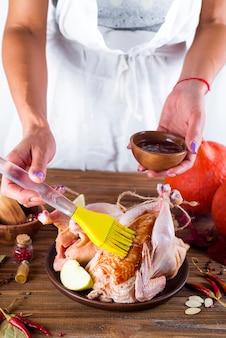Ménagère prépare poulet rôti