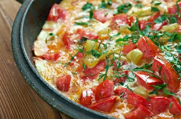 Menemen - plat turc traditionnel comprenant des œufs, des oignons, des tomates, des poivrons verts et des épices.