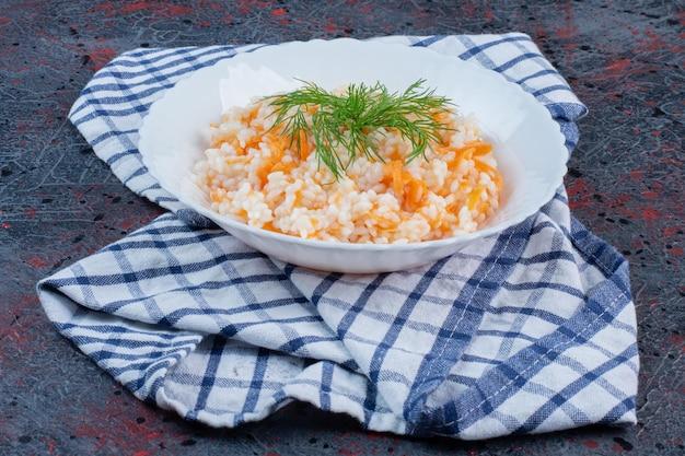 Menemen turc aux herbes dans une assiette blanche.