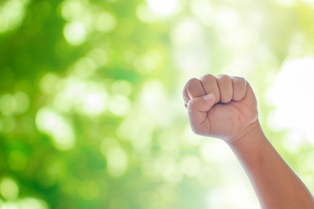 Mener les mains sur un bokeh naturel vert flou fond abstrait