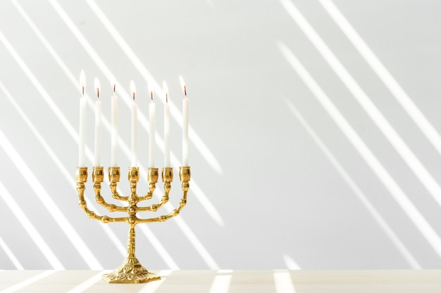 Menora de hanoukka en bronze avec des bougies allumées