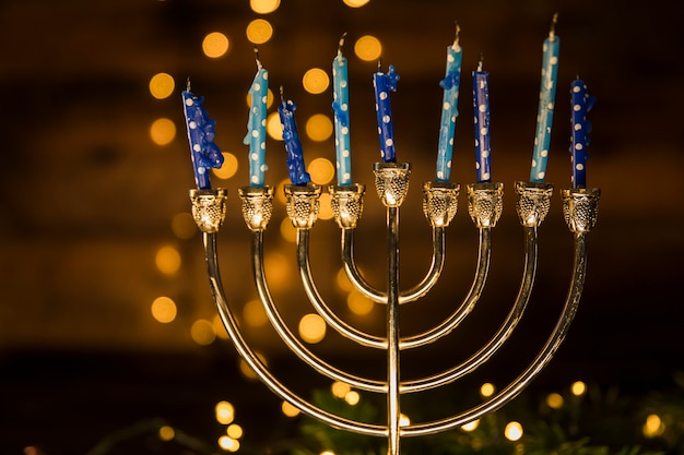 Menorah avec des bougies tachées