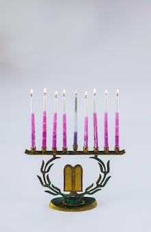 La menorah de hanoukka avec des bougies allumées est le symbole traditionnel de la fête juive