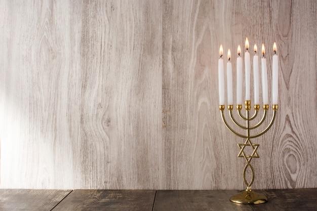 Menorah de la hanoukka juive sur la surface d'une table en bois
