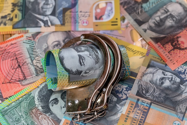 Menottes en acier sur les dollars australiens se bouchent
