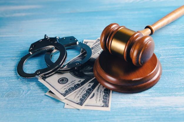 Des menottes, de l'argent et le marteau du juge