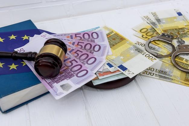 Menottes avec billets en euros et marteau du juge