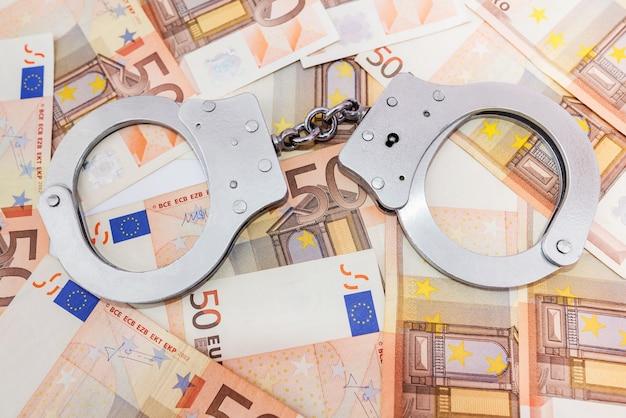 Menottes et billets en euros. notion de criminalité.