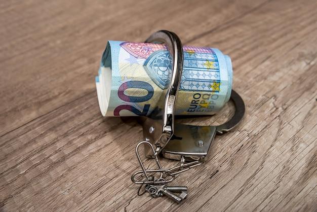 Menottes Sur Les Billets En Euros Photo Premium