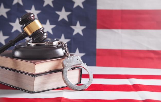 Menottes, livre, juge marteau sur le drapeau des états-unis