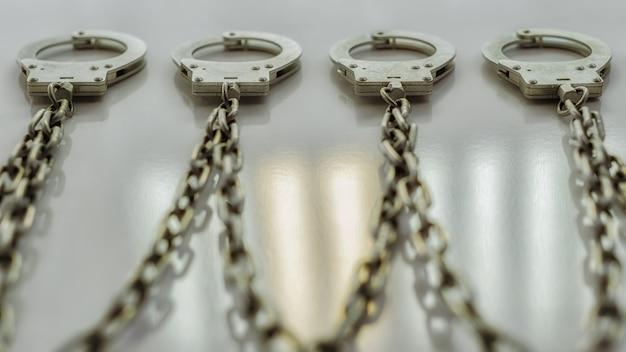 Les menottes sont accrochées à une chaîne au mur mise au point sélective