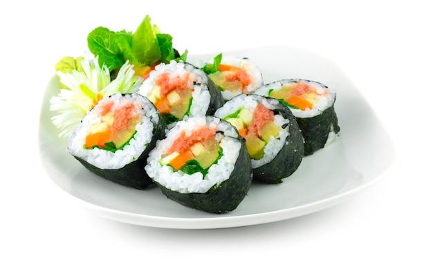 Mentaiko roll maki sushi plat japonais tara coed roe remplissage avec des légumes cuisine japonaise décoration de style fusion sculptée en forme de fleur d'oignon groupé vue latérale