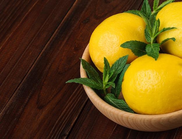Menthe fraîche et citrons entiers dans un bol