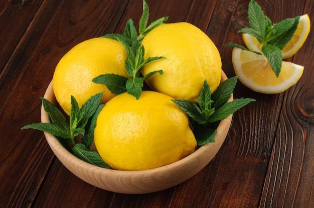 Menthe fraîche et citrons entiers et tranches