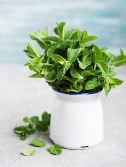 Menthe fraîche dans un vase