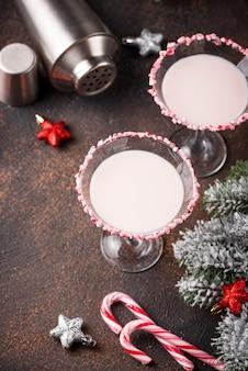 Menthe poivrée rose avec bord de canne à sucre. cocktail de noël