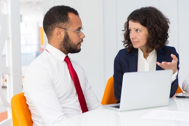 Mentor expliquant le projet spécifique au stagiaire