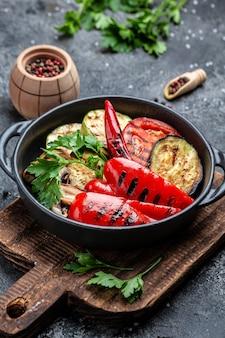 Menu barbecue légumes grillés dans une poêle en fonte
