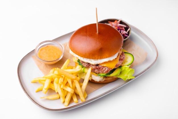 Menu avec burger de boeuf avec sauce et pommes frites