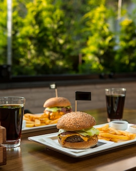 Menu burger pour deux personnes avec boissons non alcoolisées.
