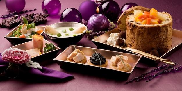 Menu complet, service de table organisé sur fond violet, avec décoration baroque de bougies et d'étoiles