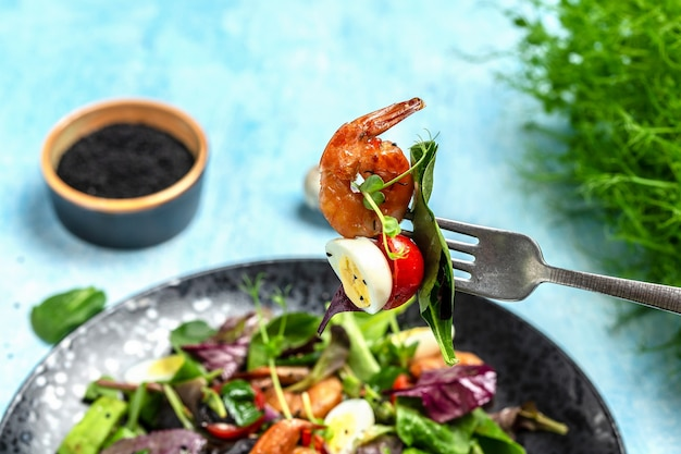 Menu diététique. salade saine avec tomates cerises, concombre, avocat, œufs et crevettes fumées. menu régime paléo. bannière, menu, recette, place pour le texte. vue de dessus.