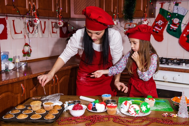 Menu de dîner de fête de noël idée de dessert chocolat cupcakes à la menthe poivrée fromage crème sucre arrosage décoration