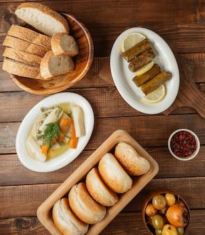 Menu du soir avec variations de turshu et de petits pains