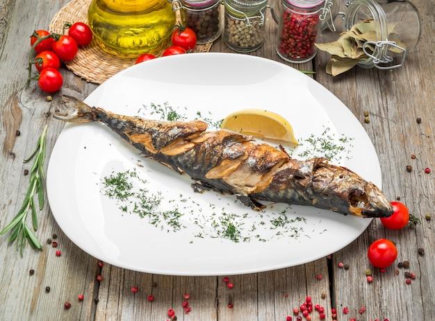 Menu oktoberfest. poisson maquereau grillé avec bière et bretzel servi