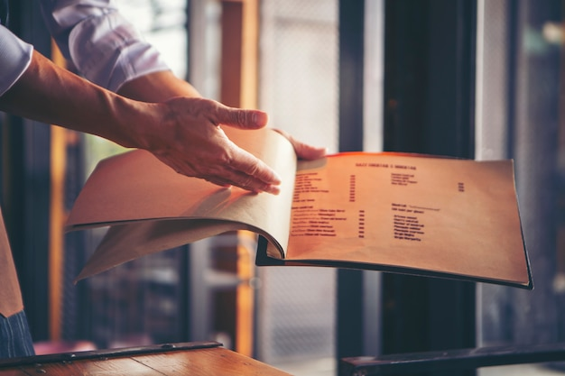 Menu d'ouverture du serveur pour introduire le menu du restaurant.