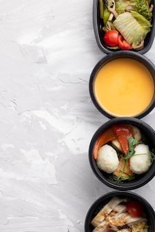 Menu de remise en forme des plats dans des bols écologiques