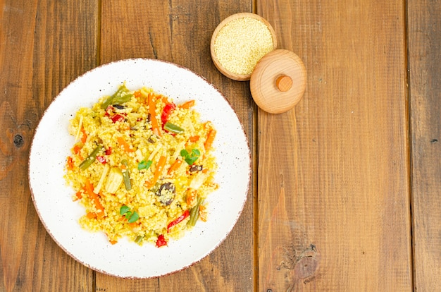 Menu végétarien. plats de couscous aux légumes
