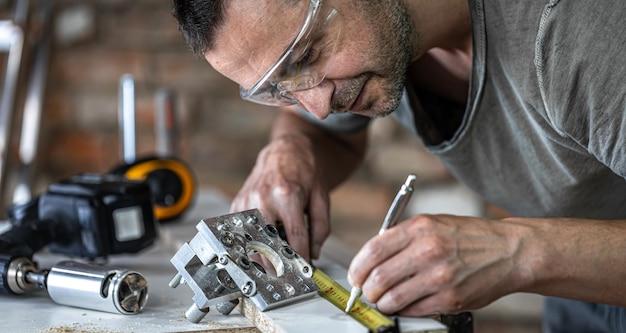 Un menuisier dans la foulée, un outil professionnel pour le perçage de précision dans le bois.
