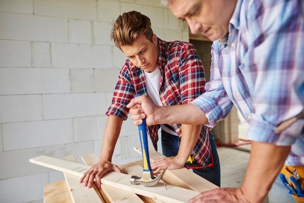 Menuisier motivé à l'aide d'un marteau dans le plan principal