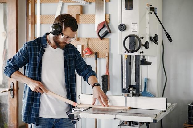 Menuisier professionnel travaillant avec une machine à scier