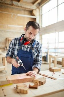 Menuisier qualifié faisant des jouets en bois