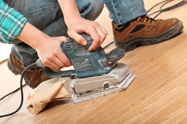 Menuisier travaillant le plancher en bois