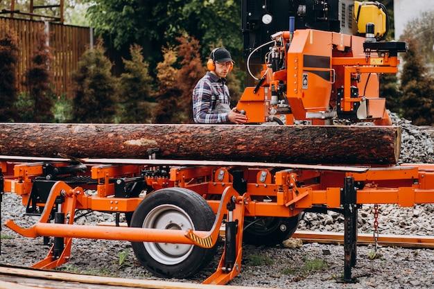 Menuisier travaillant sur une scierie sur une fabrication de bois