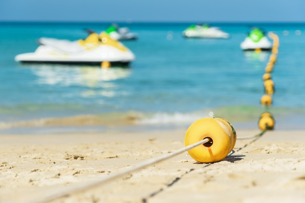 Mer d'andaman. se détendre sur la plage par une belle journée ensoleillée.